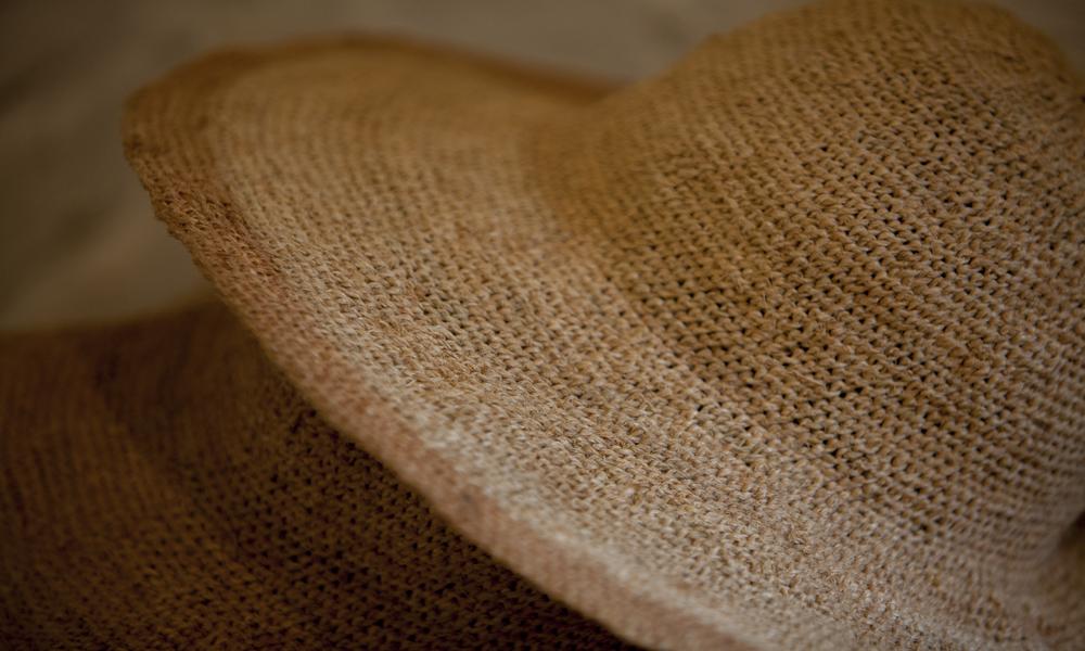 Close de um chapéu feito de palha.