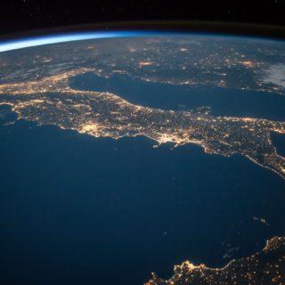 Imagen del Planeta Tierra, vista desde arriba, donde es posible ver el océano azul, algunos continentes y el fondo negro del universo.